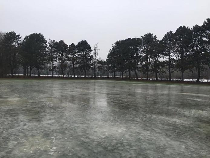Poging tot het opspuiten van een ijsbaan bij voetbalclub DOSL mislukt. Organisatie sluit nieuwe poging niet uit.