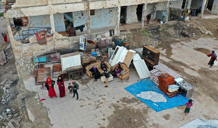 Een door bombardementen zwaarbeschadigd schoolgebouw in de Syrische provincie Idlib, waar nu vluchtelingen verblijven. Beeld AFP