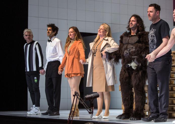 Burgemeester Pauline Krikke gaat naar de try out van het toneelstuk over de vreugdevuren in de Koninklijke SchouwburgNa afloop ging ze nog even praten met de actrice die haar speelt.