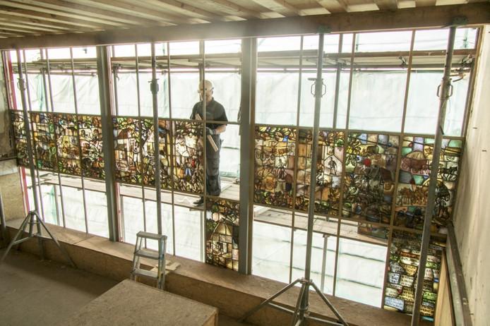 Het raam bestaat uit wel zestig glas-in-loodpanelen.