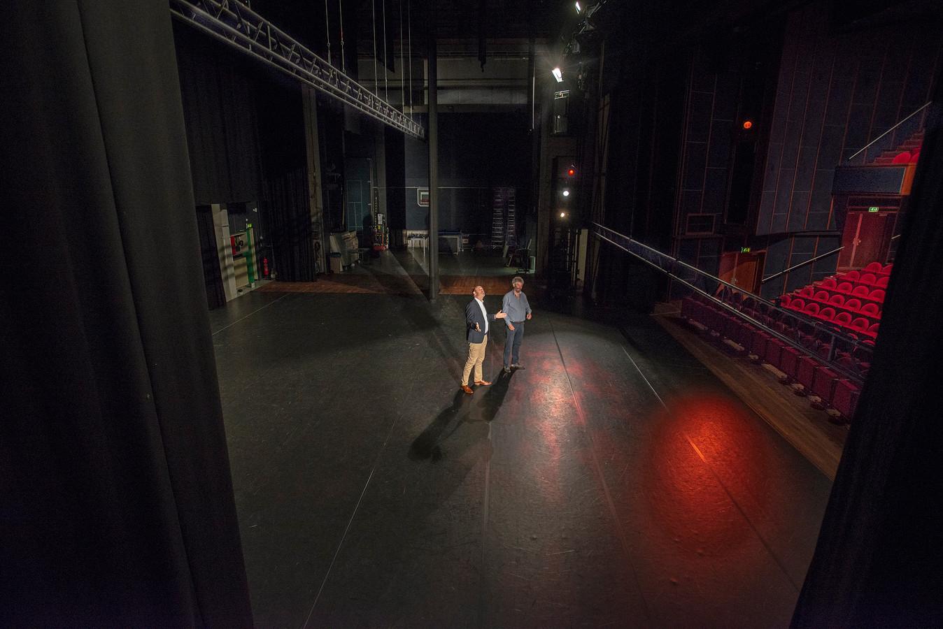 Vanuit deze hoek lijkt het podium gigantisch. Maar toch slaan ieder jaar meer artiesten De Lievekamp over. Tot verdriet van directeur Coen Bais (l) en technicus Henk Rus.