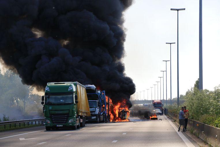 De grootste ravage was in Temse, waar een autotransport en een vrachtwagen volledig in vlammen opgingen.