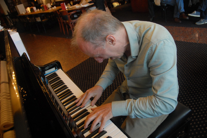 Pianist Karel Boehlee was he-le-maal into the music.