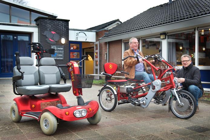 Voorzitter Berry Eskes en beheerder Klaas Masselink van het Dorpshuis in Spankeren. Het uitlenen van de duo-fiets en de duo-scootmobiel hoort sinds kort ook tot de taken van het Dorpshuis.