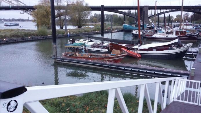 De boot ligt nu bij de Waal.