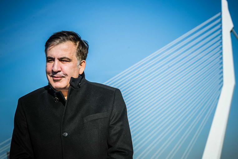 Michail Saakasjvili poseert voor de Erasmusbrug in 2018.  Beeld Rob Engelaar/ ANP
