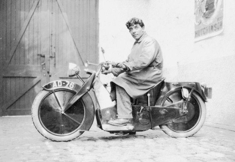 Een beeldje uit de oude doos van Eugène Morel op een van zijn motorfietsen.