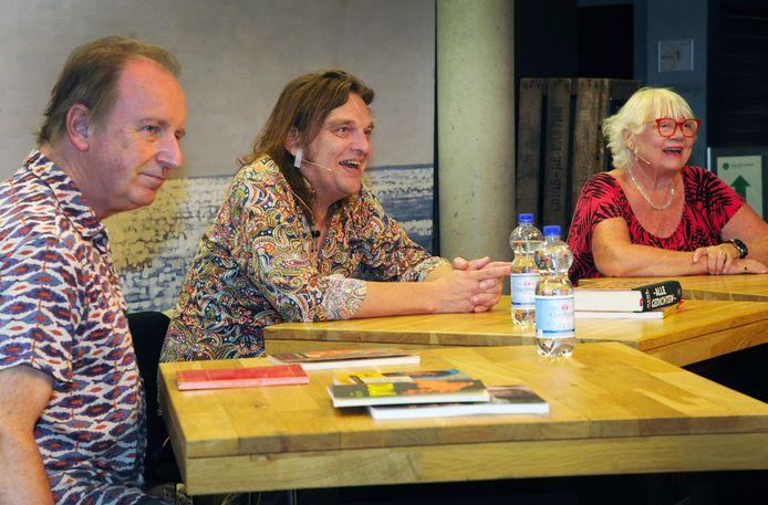 Vic van de Reijt, Joep Bremmers en Doré Steenman (vlnr) halen herinneringen op aan Hans Verhagen.