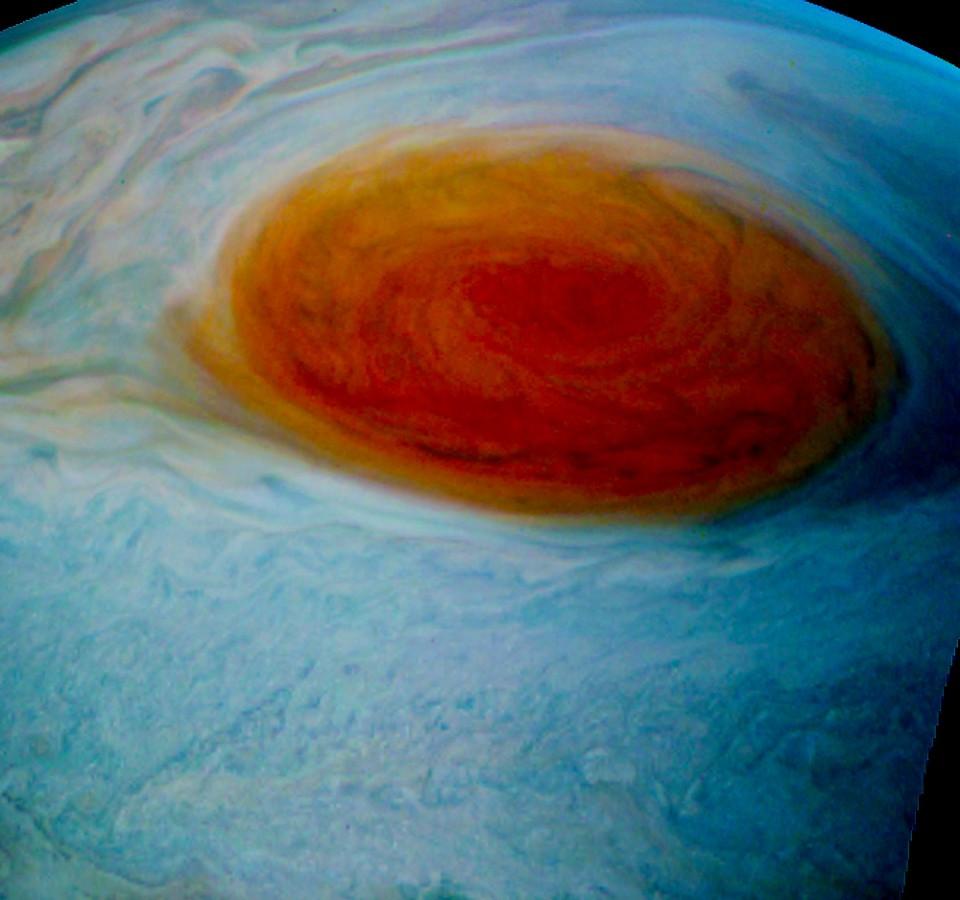 Een bewerkte weergave van de Grote Rode Vlek boven Jupiter.