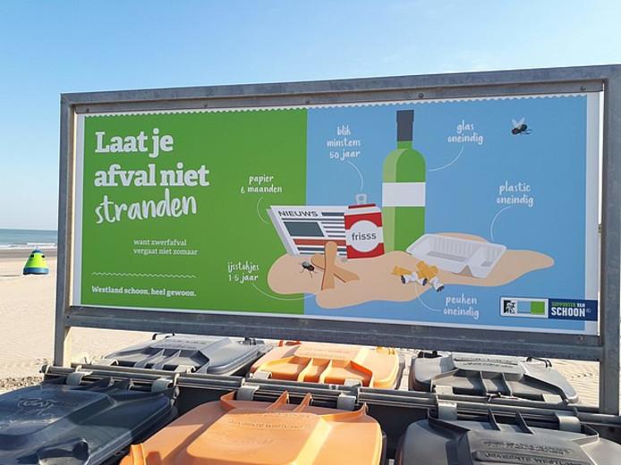 Informatiebord over zwerfafval op de Westlandse stranden.