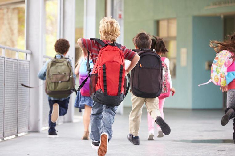 Schoolkinderen rennen door de gangen.