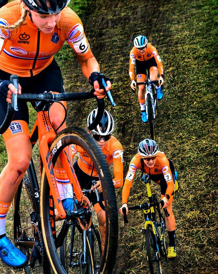 Alvarado in tweede positie achter Annemarie Worst (nummer 6), gevolgd door Lucinda Brand (nummer 7) en Yara Kastelijn (nummer 4). Beeld Klaas Jan van der Weij