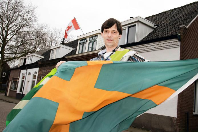 Paul van der Heijden met een van de vlaggen. .