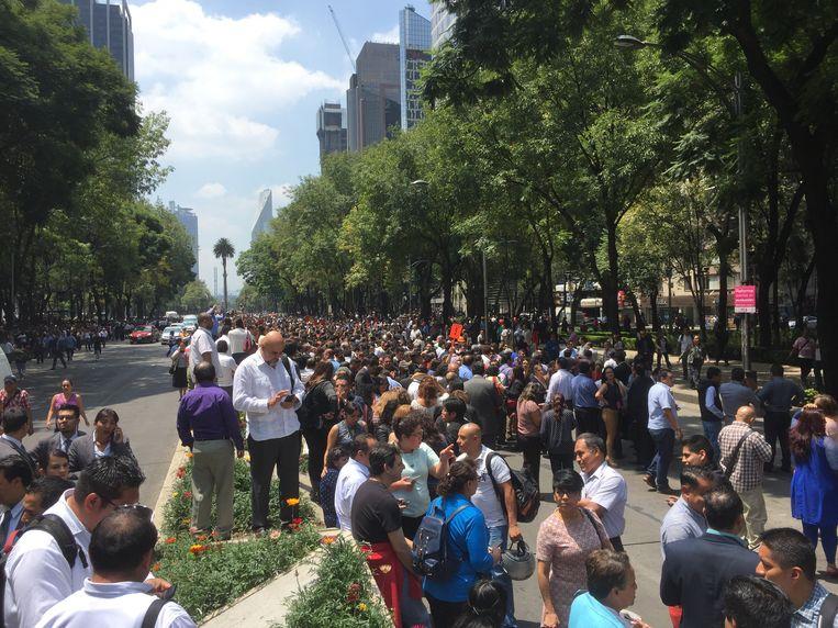 Mensen gaan in Mexico Stad de straat op na een aardbeving dinsdag. Beeld epa