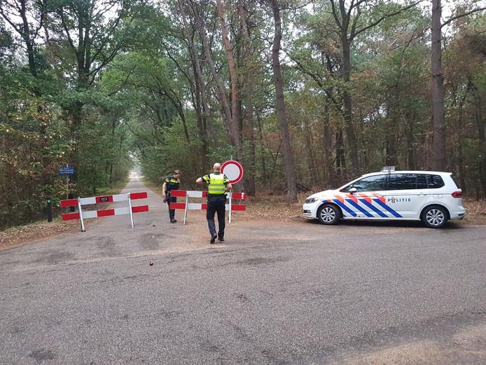 De politie sluit de Huttendijk af.