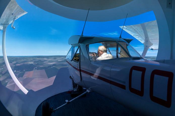 Op zijn zolder in Nieuwerkerk heeft Cees Geuze al een tweepersoonsvliegsimulator.