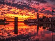 Deventer avondlucht kleurt roodgeel