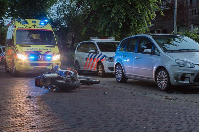 De motor ligt op straat voor de beschadigde auto's.