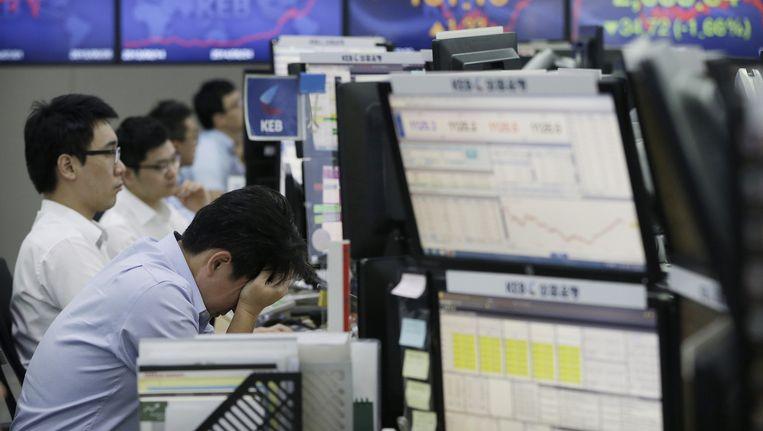 Een beurshandelaar schrikt van de lage standen vanmorgen als gevolg van de Griekse crisis. Beeld ap