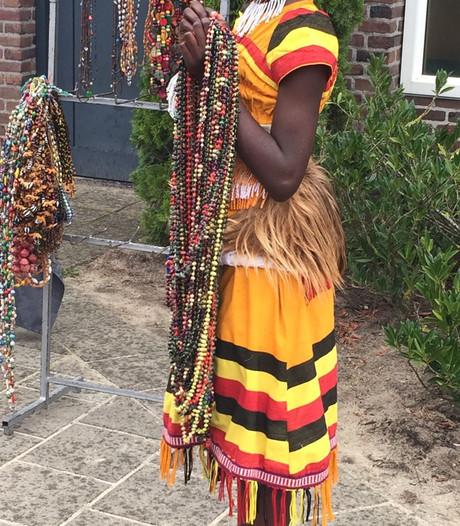 Kleurrijk optreden Oegandees kinderkoor in Mariaparochie