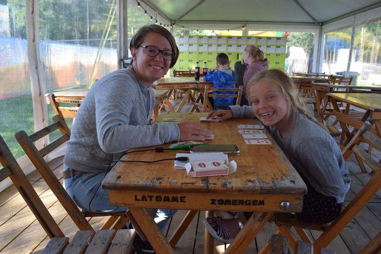 "Ieber en Celine zijn samen op meisjesweekend: ""The Village is de ideale eerste festivalcamping."""