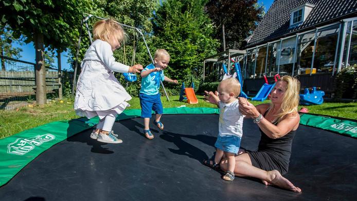Honselersdijkse Rianne Groen met drie van haar oppaskinderen:¿Floortje, Ruben en Sep.