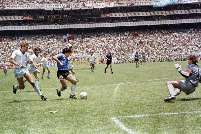 Diego Maradona stuurt Peter Shilton het bos in, links kan ook Terry Butcher niks meer doen om de kleine Argentijn af te stoppen na zijn dribbel vanaf eigen helft.