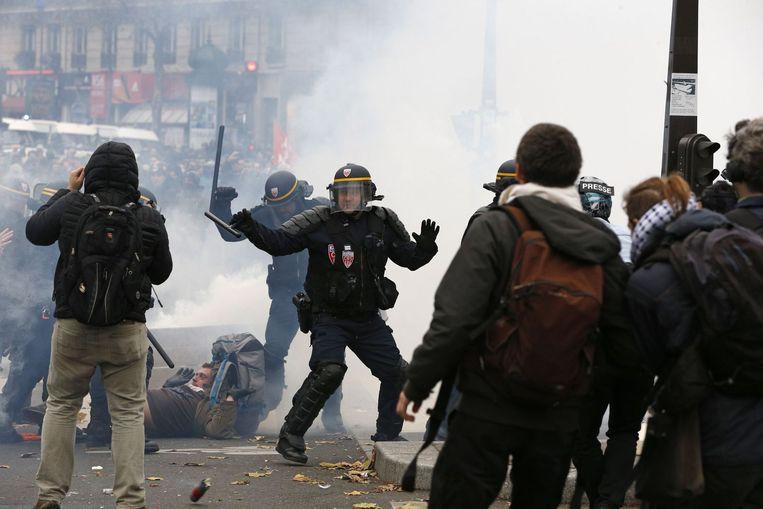 Betogers worden uit elkaar gedreven door de oproerpolitie. Beeld afp