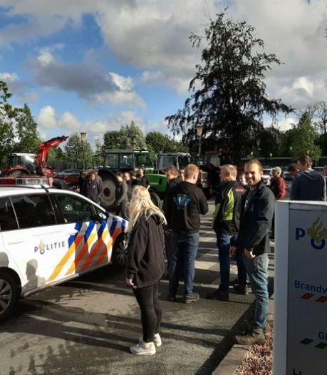 Aangifte boeren tegen minister Schouten bij politie in Leiden en Apeldoorn
