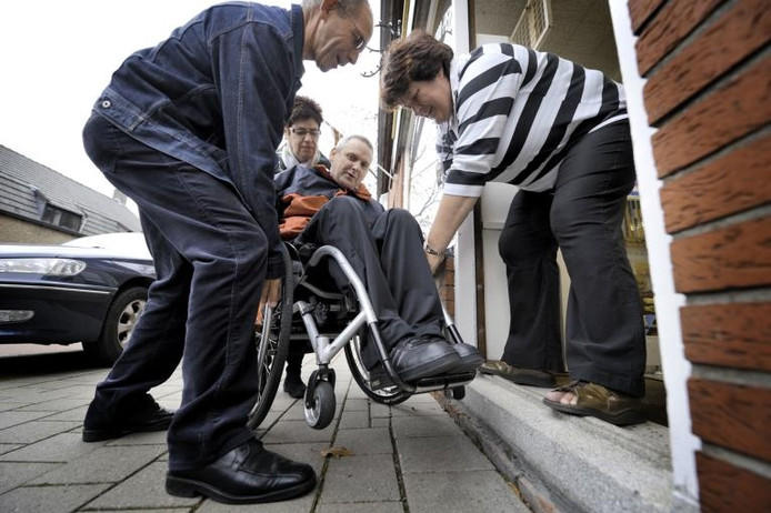 Sinds de gemeente de stoep heeft verlaagd, is de drempel van Neggers onneembaar voor rolstoelers. foto Robert van den Berge/het fotoburo
