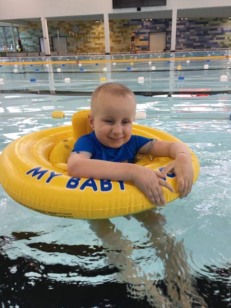 SuperGilles viert achtste verjaardag met eerste zwembeurt