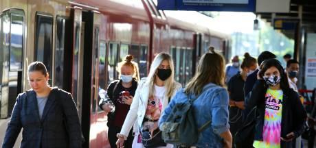Het is stil in de trein: 'Voelt nog wat onwennig, zo'n mondkapje op'