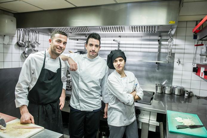 Bij Dick van Ostaden van restaurant Boshuys Hermitage in Oisterwijk staan vier koks uit Spanje achter het fornuis. Hij kon ze in Nederland niet vinden. Foto Koen Verheijden.