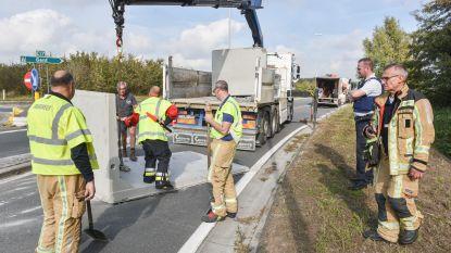 Vrachtwagen verliest lading betonelementen: oprit naar E17 afgesloten