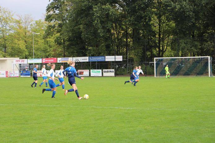 DKS'17 (blauw tenue) speelde dit seizoen in de derde klasse tegen FC Axel. Toen de competitie werd afgebroken, was DKS'17 koploper.