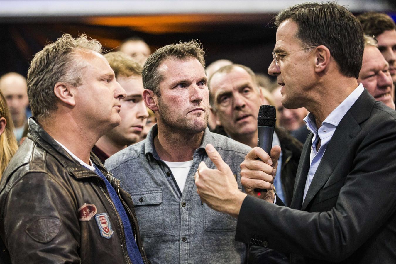 Premier Rutte gesprek met boeren tijdens de stikstofbijeenkomst van de VVD vorige week