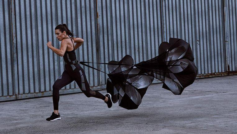 Je voelt je alles behalve licht met zo'n parachute achter je aan, zegt trainer Noortje Randag. Beeld Casall Benelux