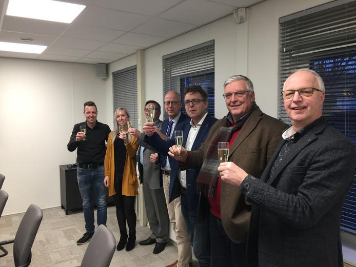Westervoort proost op de nieuwe kermisstichting, waar onder anderen Martin Wieleman (helemaal rechts) en Ferdinand van den Oord (derde van rechts) zitting in hebben.