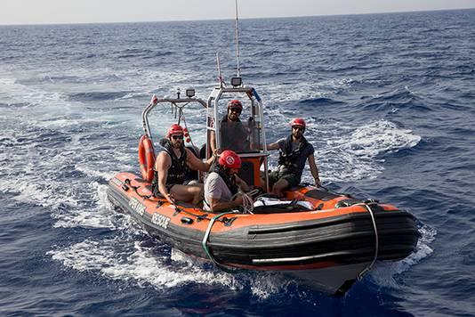 Marc Gasol (links) vaart mee in het reddingsbootje van de Spaanse NGO.