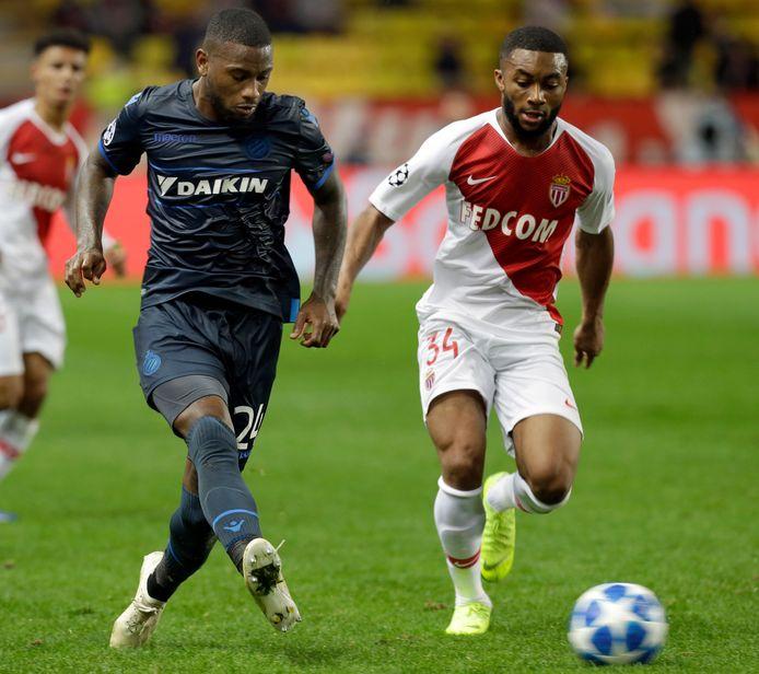 Stefano Denswil van Club Brugge in duel met Moussa Sylla van AS Monaco tijdens een Champions Leagueduel in 2018.
