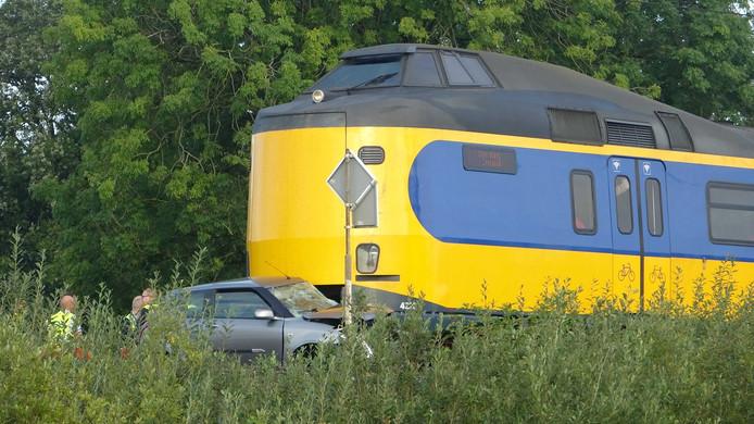 De auto die door de intercity Leeuwarden - Zwolle werd geramd en tientallen meters werd meegesleurd ter hoogte van Meppel.