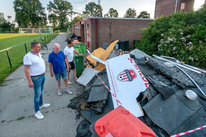 Rheden, 18 juni 2019. Bestuursleden SC Rheden bij kapot kleedlokaal. 202833 . Foto: Gerard Burgers