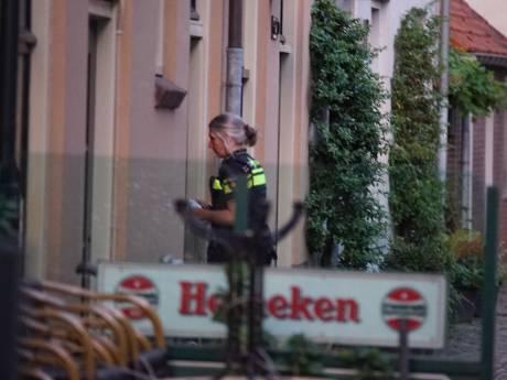 Politie Deventer zoekt na overval op café man met bebloede hand