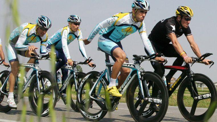 Astana met Lance Armstrong tijdens een trainingsrit (EPA) Beeld