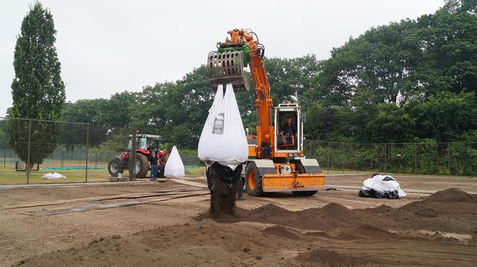 Een tractor met kilverbord voorzien van laser en gps-gestuurd.