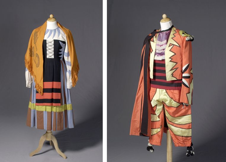 Twee kostuums van Pablo Picasso voor de dansvoorstelling Le Tricorne van Ballets Russes uit 1919.   Beeld Allard Pierson Universiteit van Amsterdam, Theatercollectie