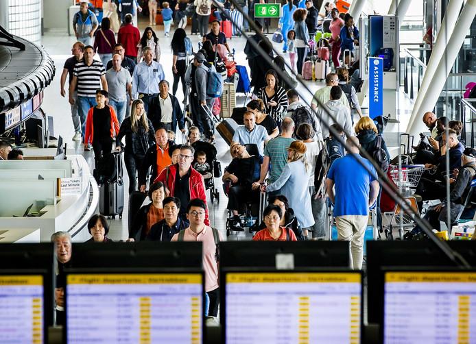Drukte in de vertrekhal van Schiphol. De Nederlandse luchthavens verwerkten in het tweede kwartaal van 2019 2,7 procent meer passagiers dan het jaar ervoor.