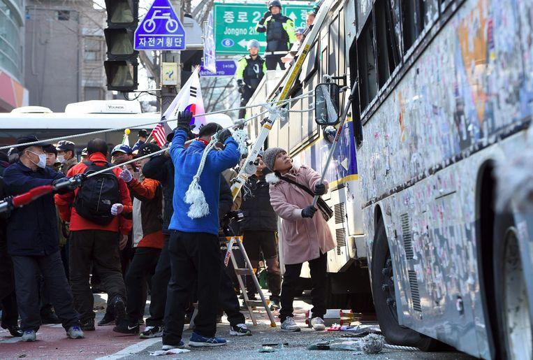 Zuid-Koreaanse aanhangers van president Park Geun-hye botsten met de politie nadat bekend werd dat Park werd afgezet. Beeld afp