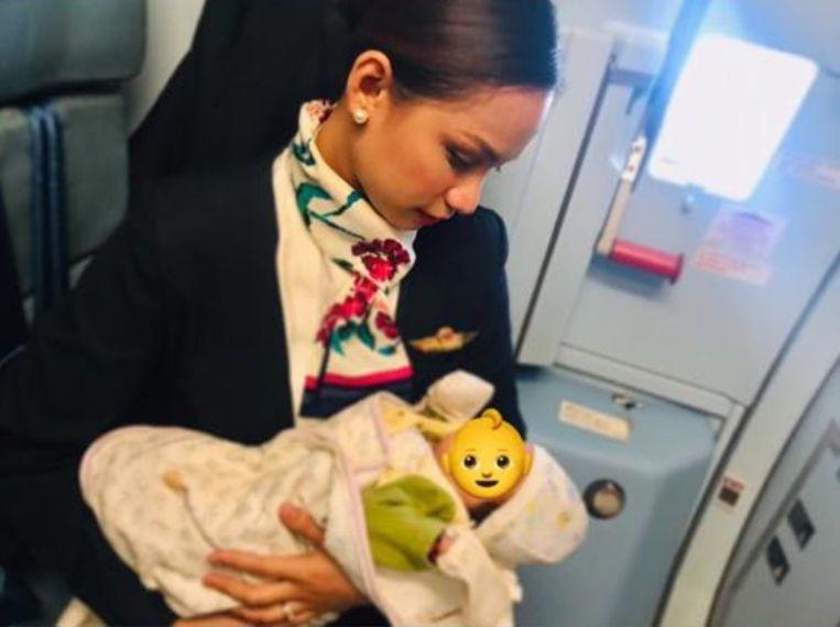 Stewardess Patrisha Organo deelde een foto van het moment op Facebook. Het gezichtje van de baby verborg ze achter een emoji om de privacy van het kind en zijn familie te beschermen.