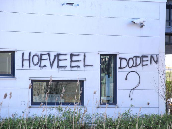 Vanmorgen is het kantoorpand van farmaceut Roche aan de Transistorstraat in Almere beklad met leuzen.